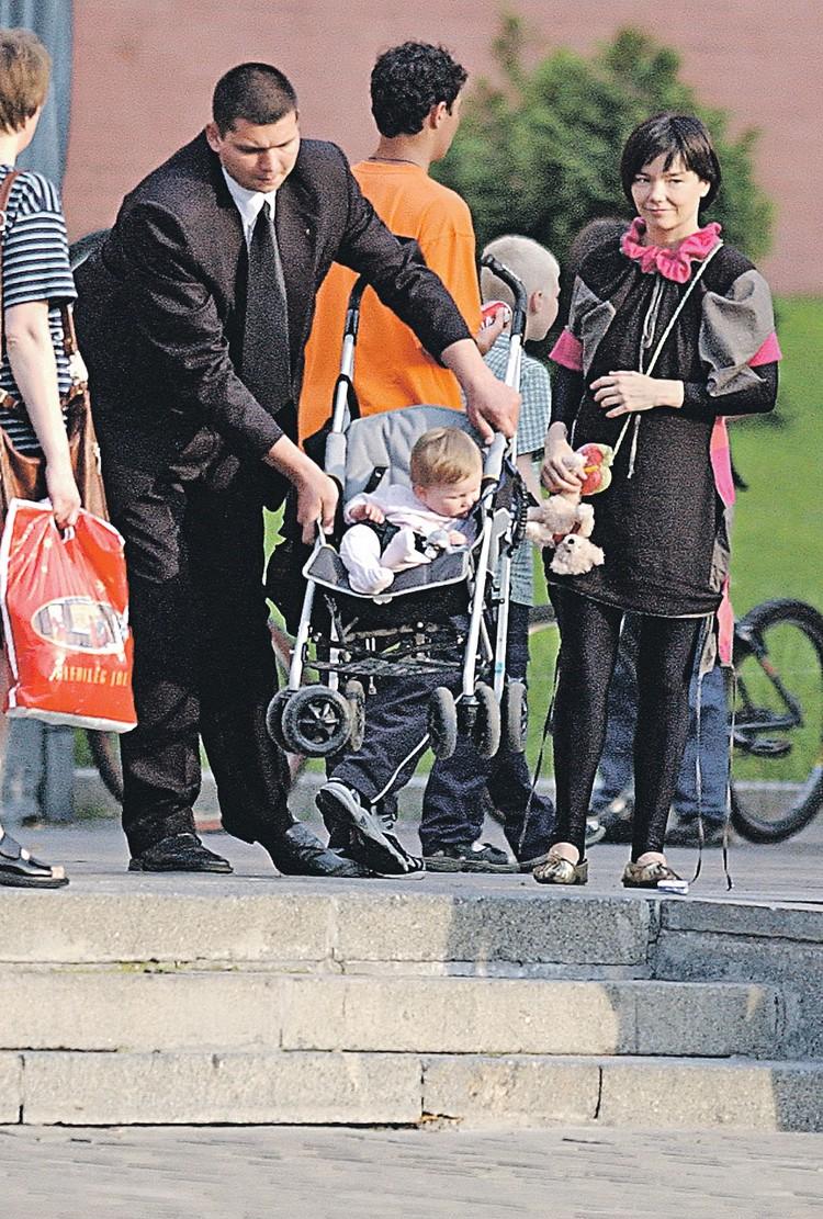 Исландскую певицу Бьорк и ее российского телохранителя прохожие принимали за семейную пару. Фото: Охранное предприятие «Карат-Ц»