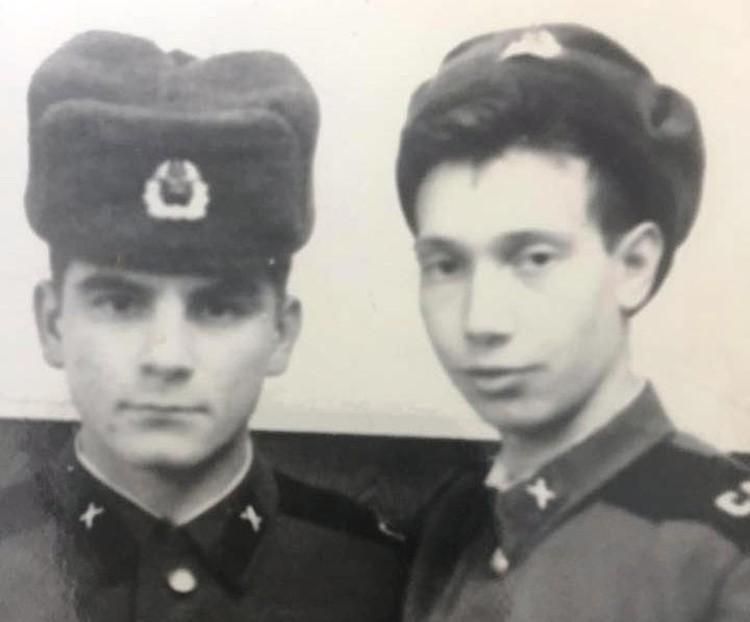 Слева шапка формованная, справа - зашитая. Впрочем, разницы не видно. Фото из архива Дмитрия Варфоломеева.