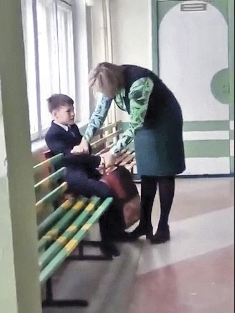 В перерывах между шлепками Лескова проводит разъяснительную беседу, крепко держа парня за руки.