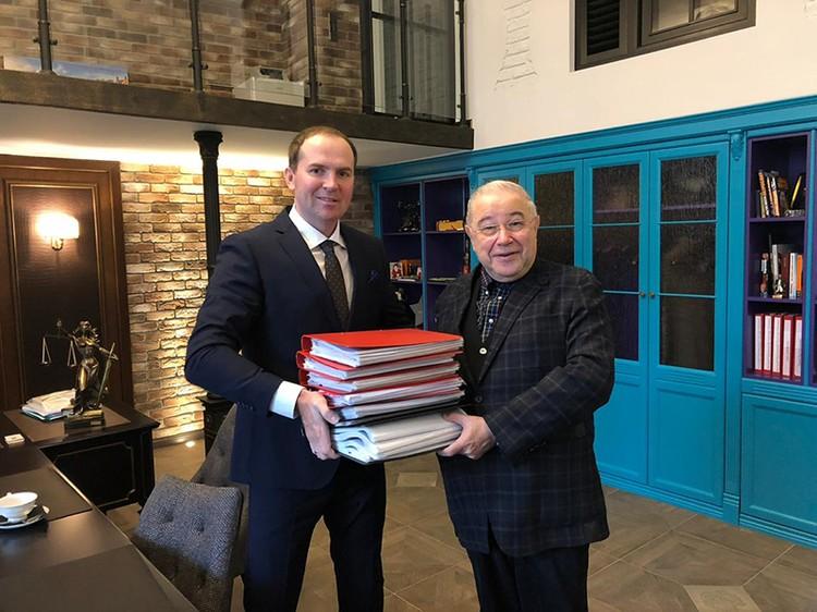 В руках Евгений Петросяна и Сергея Жорина документы с перечнем имущества для суда. И это далеко не все документы по процессу