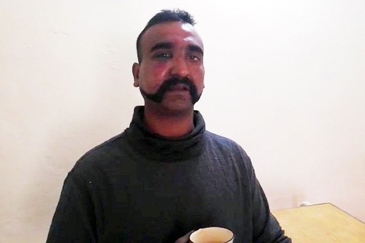 Индийский пилот успел катапультироваться, и пакистанские военные взяли его в плен