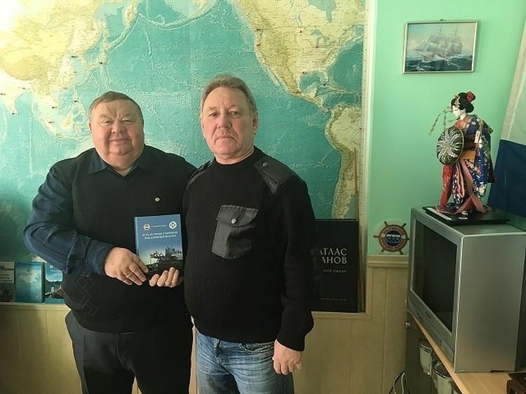 Председатель Дальневосточного профсоюза моряков Николай Суханов и второй помощник капитана арестованного судна Александр Замшин. Ему удалось выйти из этой истории невредимым.