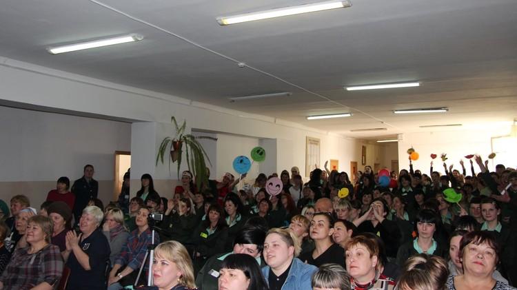 Весь зал поддерживает конкурсанток
