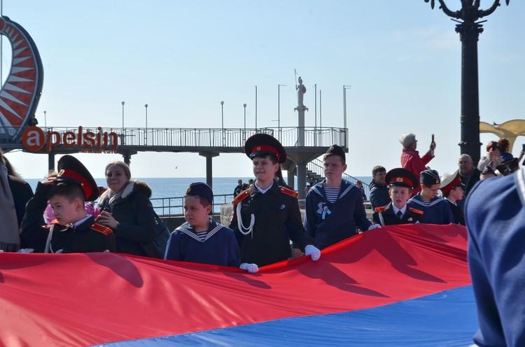 На набережной развернули флаг России