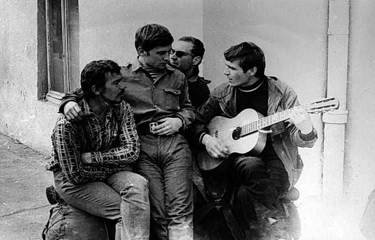 Валентин Землянов с гитарой