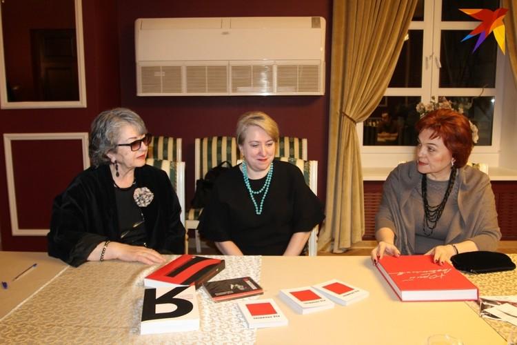 Каталин Любимова подарила коллективу Театра драмы книги о творчестве и жизни своего супруга