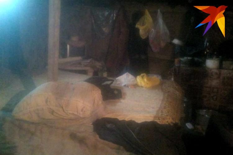 Михаил - то ли хозяин, то ли управляющий это теплицей - прислал фото помещения, в котором предлагают жить работникам.