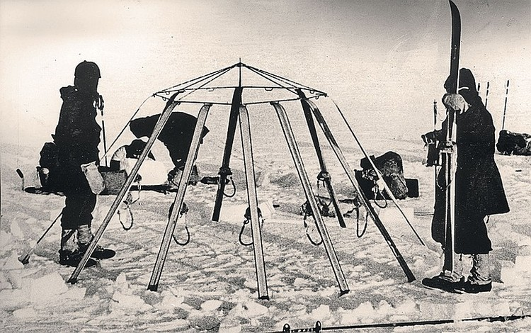 Для похода было изобретено много оригинального снаряжения. Как, например, эта палатка, собирающаяся из лыж и лыжных палок. Фото: Архив клуба «Приключение» Дмитрия Шпаро