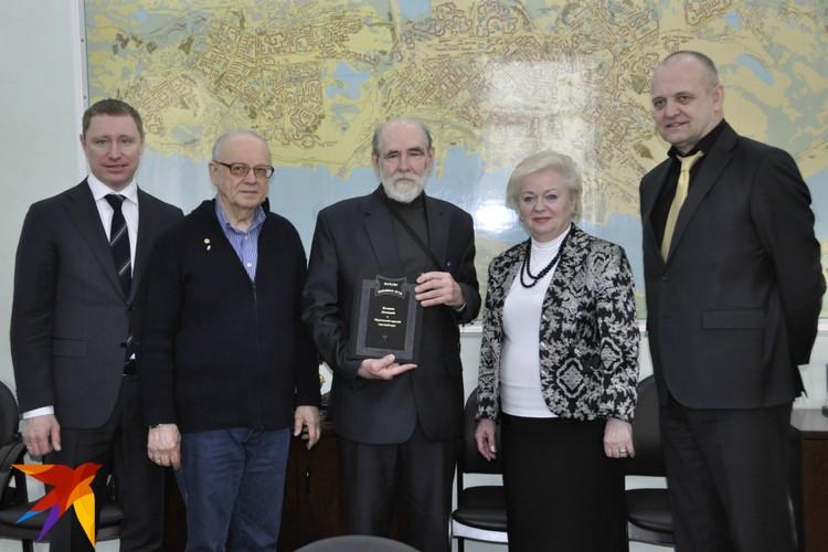 Глава Мурманска Тамара Прямикова и глава администрации города Андрей Сысоев также встретились с потомками основателей.