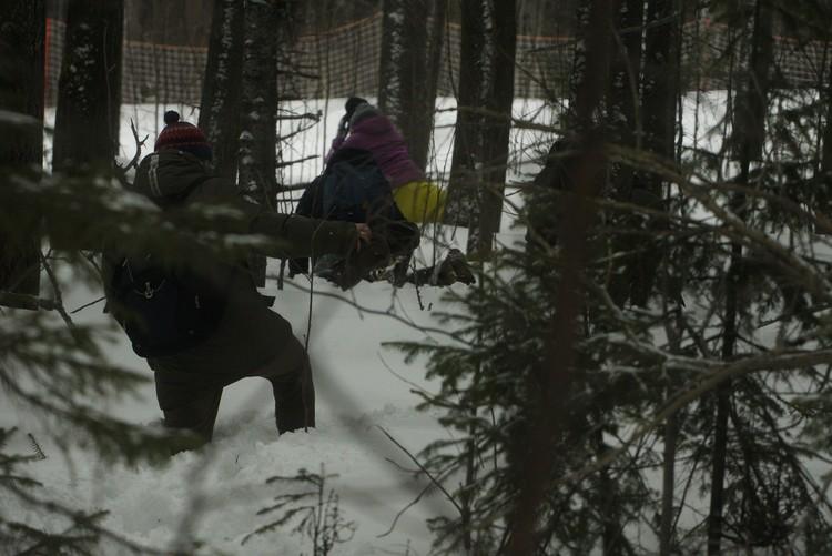 В некоторых местах приходилось ползти, так как по пояс проваливались в снег.