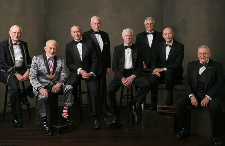 Астронавты лунных экспедиций, слева направо: Charles Duke (Apollo 16), Buzz Aldrin (Apollo 11), Walter Cunningham (Apollo 7), Al Worden (Apollo 15), Rusty Schweickart (Apollo 9), Harrison Schmitt (Apollo 17), Michael Collins (Apollo 11), Fred Haise (Apo