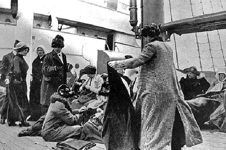 Спасшиеся пассажиры на борту парохода «Карпатия», который первый пришел к месту гибели «Титаника».