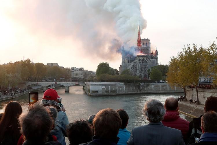 Парижане и многочисленные туристы наблюдали ужасающее зрелище.
