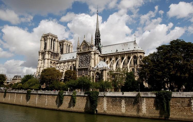 Нотр-Дам-де-Пари летом 2012 года. На восстановление этой красоты потребуются долгие годы и миллиарды евро.