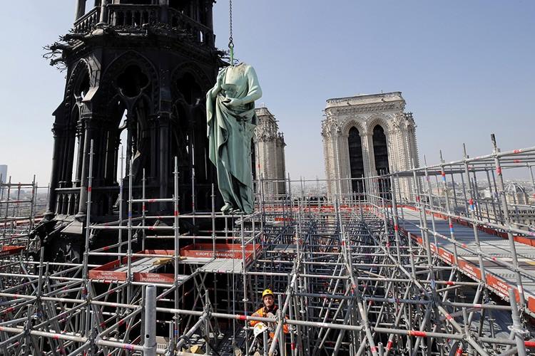 Снимок сделан 11 апреля 2019 года, на крыше собора шли реставрационные работы.