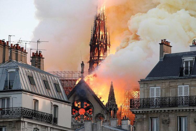 Очевидцы рассказали об огромных клубах дыма, которым был окутан весь центр Парижа