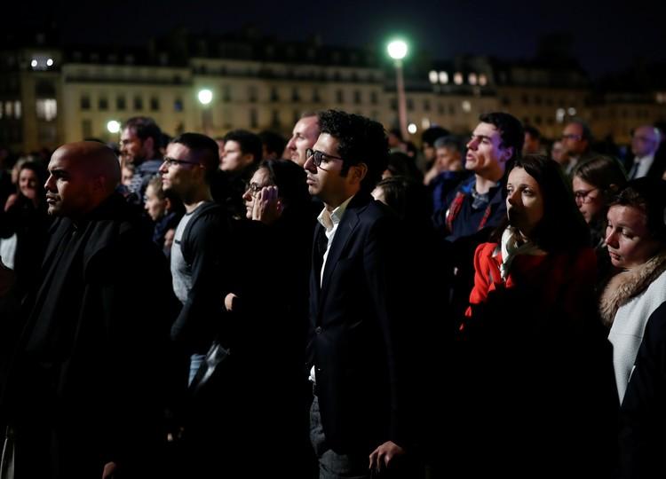 На улицах Парижа собрались толпы людей