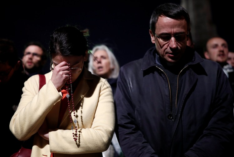 Парижане всю ночь молились на улицах города