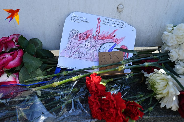 Тем временем москвичи с утра несут к посольству Франции цветы