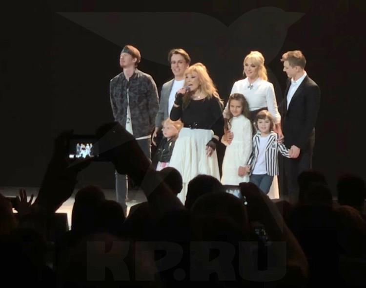 В финале концерта Примадонна вывела на сцену самых близких.