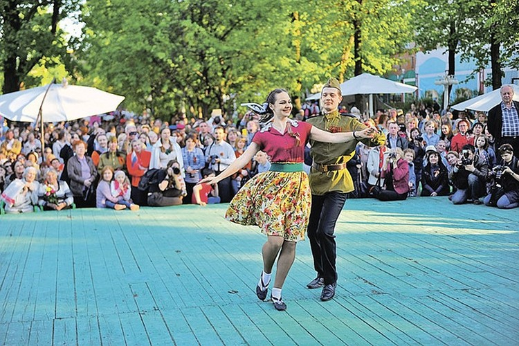 Песни и танцы в этот день можно будет увидеть во всех уголках города