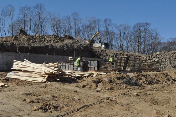 Стройка в поселке ожила с появлением нового подрядчика.