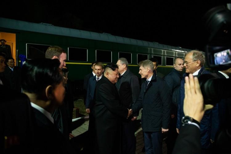 Олег Кожемяко прощается с иностранным гостем.