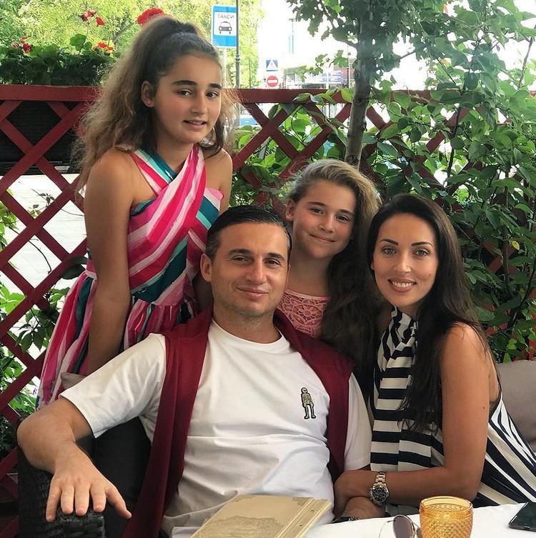 Микелла с сестрой и родителями.