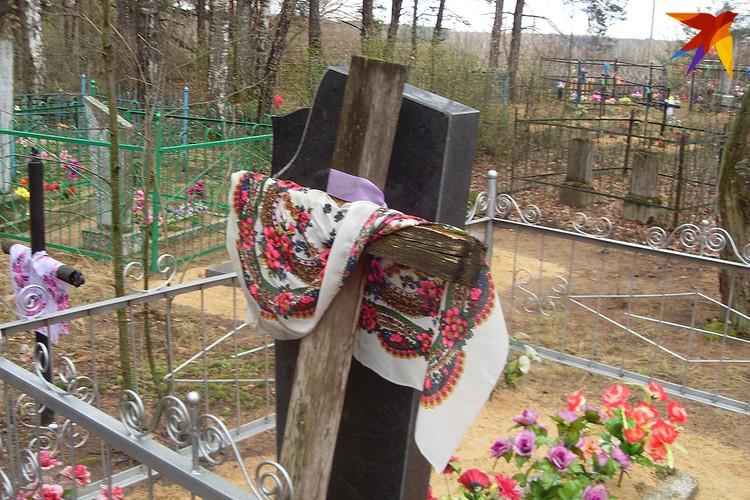 Старый крест, когда прежде его меняли на новый, а теперь меняют на памятник, принято было оставлять на могиле. Фото: Татьяна КУХАРОНАК