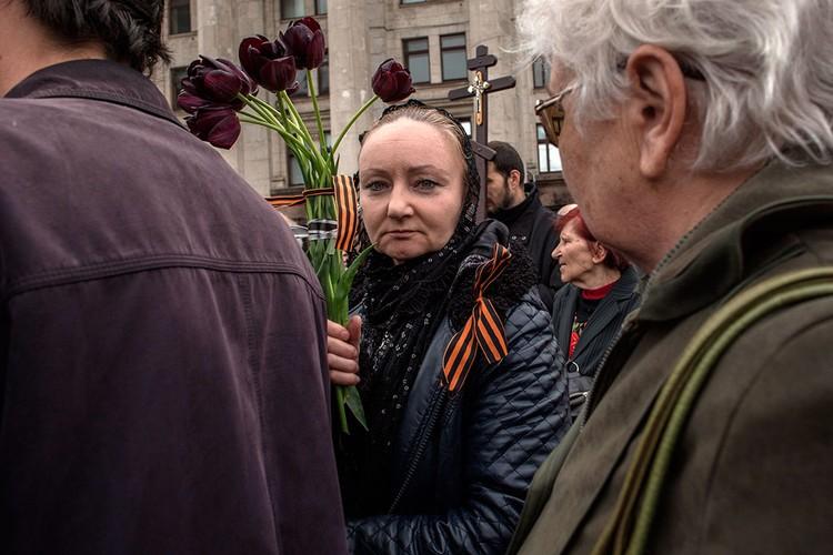 Каждый год женщины с цветами приходят к Дому профсоюзов помянуть близких.