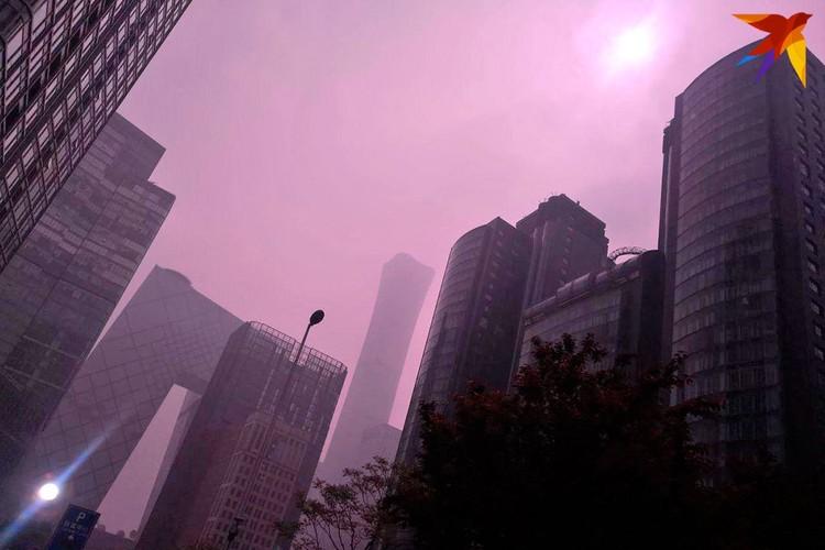 А современный Пекин кое-где выглядит совсем как иллюстрация к романам-антиутопиям. Фото: Алексей Иванов