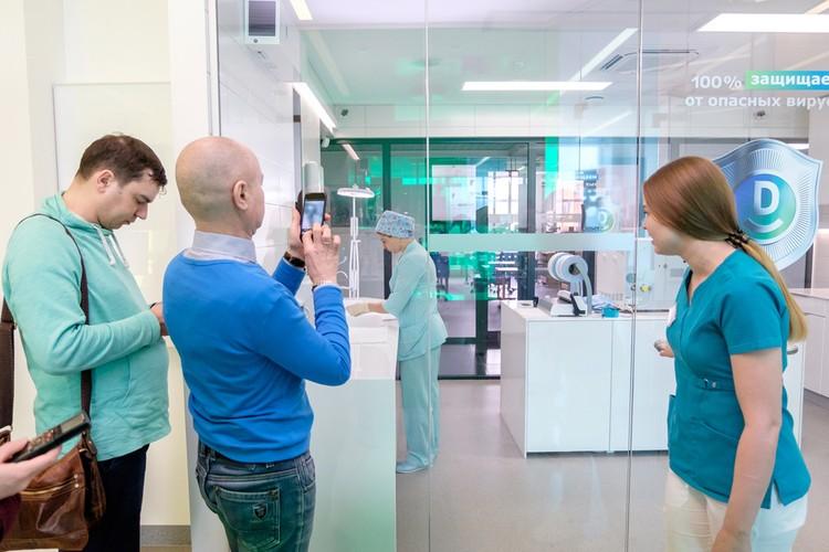 За стеклом комната стерилизации. Заходить - нельзя, фотографировать - можно.