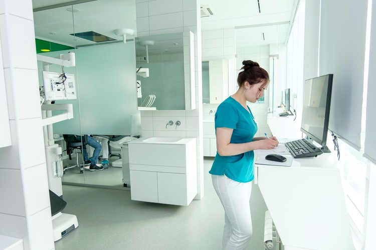 В Профессорской клинике «Дентал-Сервис» цены на услуги в два раза ниже, чем во всей сети.