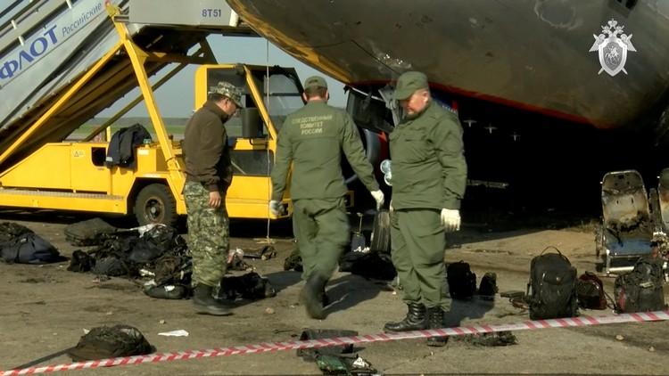 Сотрудники Следственного комитета на месте катастрофы в Шереметьево.