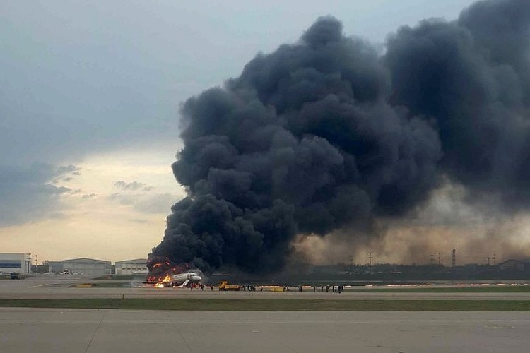 Самолет загорелся при посадке