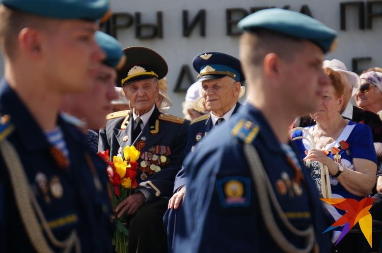 Каждый год ветераны находят в себе силы, чтобы поучаствовать праздничных мероприятиях и вместе со всеми отдать дань памяти павшим товарищам.