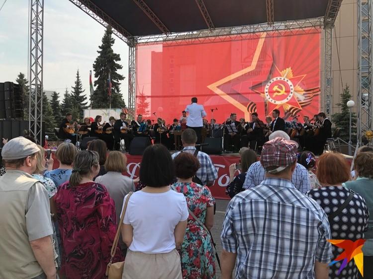 Завороженные тюменцы слушают концерт у здания Технопарка