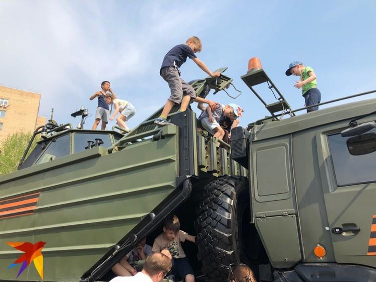 Детишки облюбовали военную технику