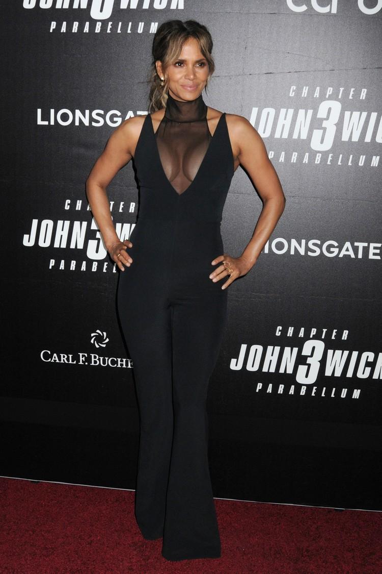 Актриса выбрала для премьеры черный комбинезон.