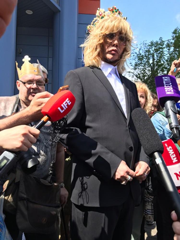 Сергей Зверев выглядел крайне озабоченным. Заметно было, что в судах до этого он и не бывал