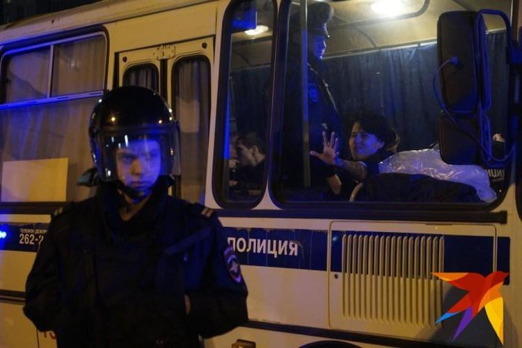 Задержанных сотрудники полиции отводили к специальному автобусу, припаркованному вдалеке от места конфликта.