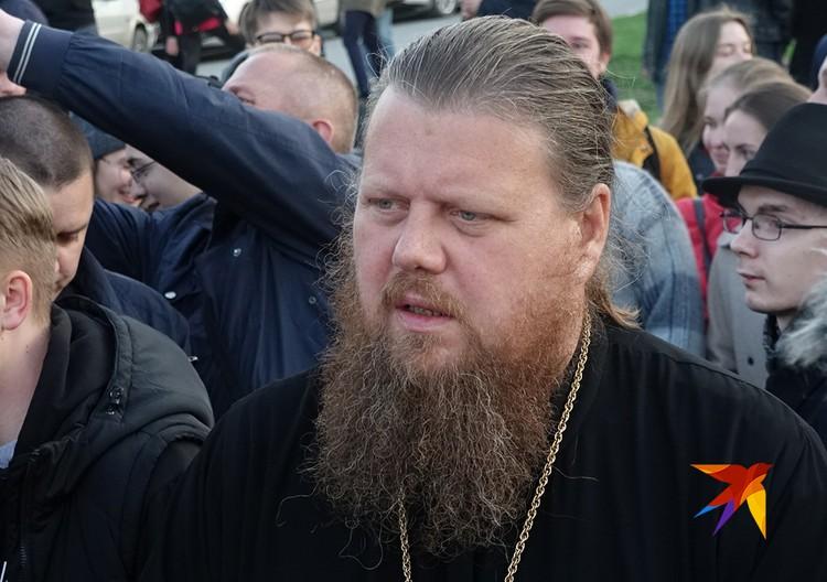 Отец Максим терпеливо отстаивал позицию церкви.
