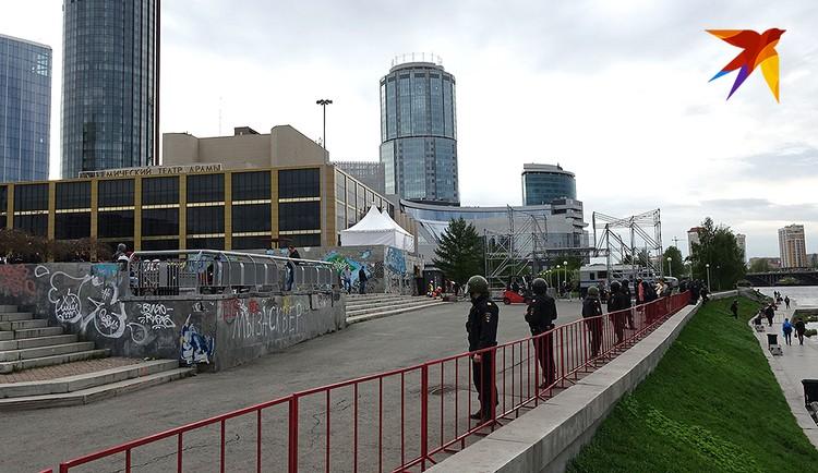 Площадь с фонтаном перед театром Драмы обнесли металлическими заграждениями.