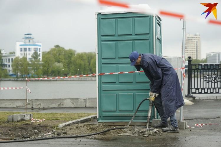 Остатки бетона убирают отбойником