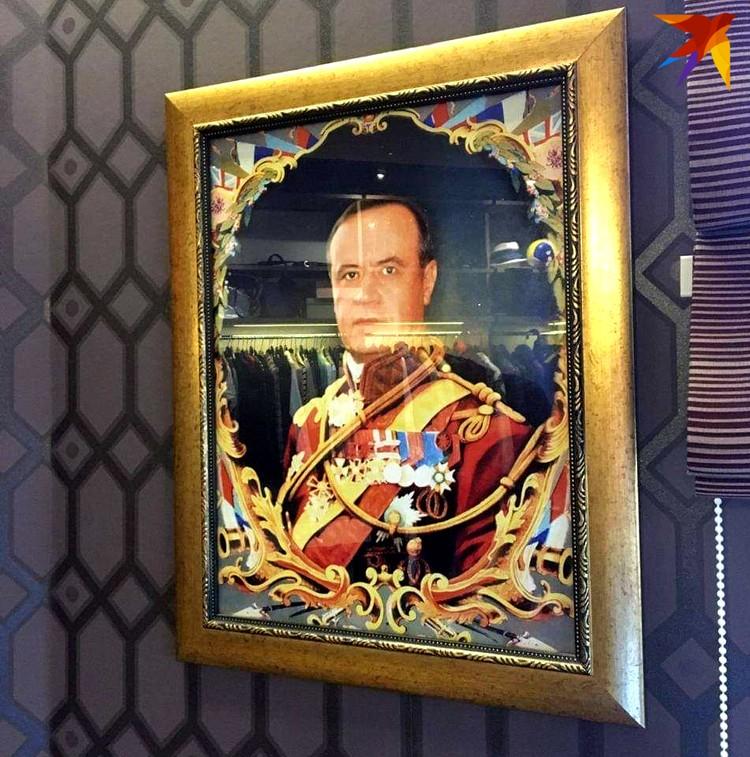 Стены в доме Сидаша украшены его пафосными портретами - есть, например, среди них такой: в образе аристократа начала 19-го века.