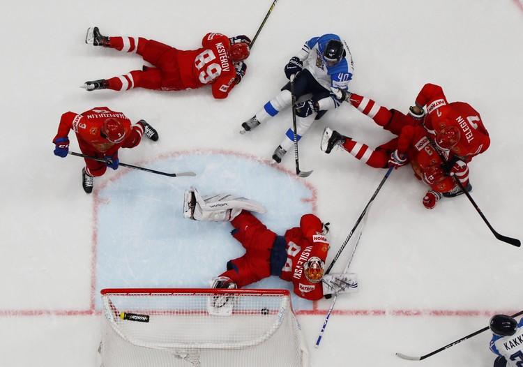 Самый драматичный момент в начале матча - шайба на линии ворот сборной России, Василевский остановил ее ногой.