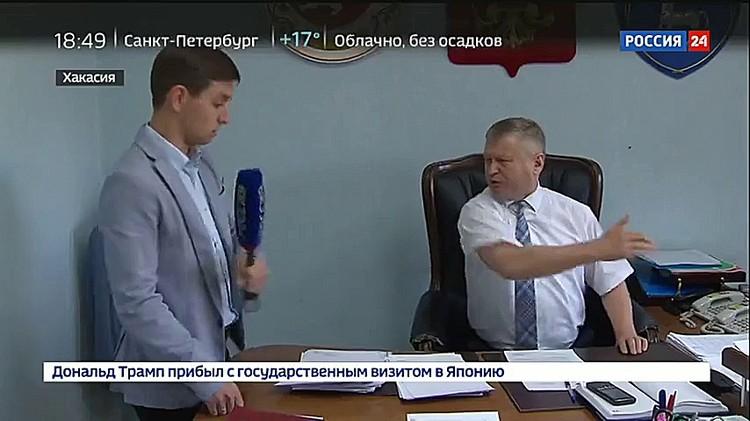 Сначала Сергей бьет по микрофону, а потом начинает выталкивать журналиста из кабинета. Фото: стопкадр с видео «Россия 24»
