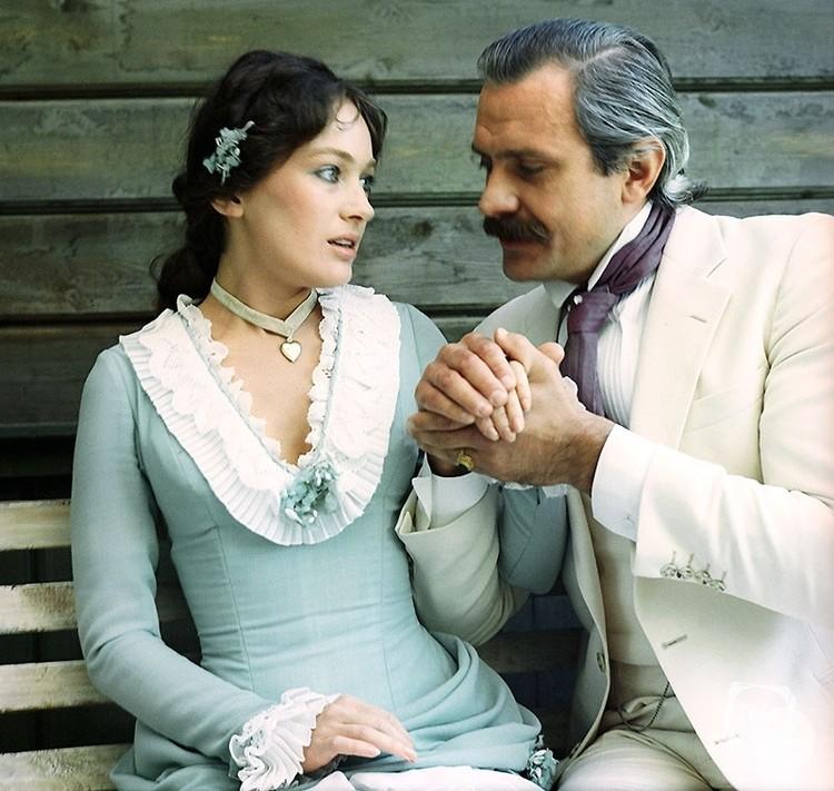 """После """"Жестокого романса"""" в Гузееву были влюблены тысячи поклонников. Фото: кадр фильма."""