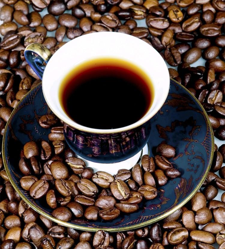 Ежедневное употребление кофе чревато привыканием, тогда полезный эффект от напитка снизится.