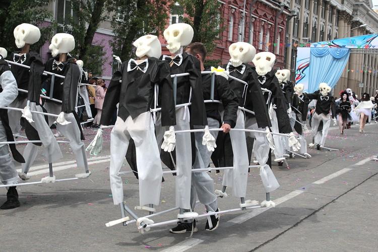 Колонна скелетов также решила принять участие в шествии.